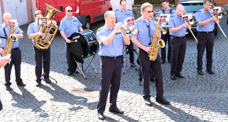 """Bei herrlichem Wetter """"Men in Blue"""" im Hof der Staatskanzlei.© Foto: H. v. Goddenthow."""