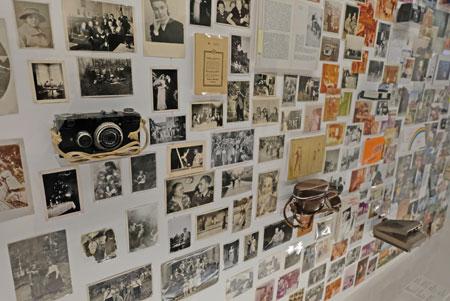 """Einen besonders raschen Wandel des Erinnerns und somit des Vergessens brachte die industrielle Revolution zu Anfang des 19. Jahrhunderts mit den  zahlreichen neuen Möglichkeiten des externen Speicherns und aufgrund zahlreicher neuer Produkte, wodurch sich die Erfahrungen und Prioritäten der Menschen veränderten. Am Beispiel der Fotografie und der damit verbundenen Aufnahme und Speichermedien bis hin zur Digitalfotografie wird der Wandel des """"Vergessens und Erinnerns"""" bildhaft aufgezeigt. © Foto: Diether v. Goddenthow"""