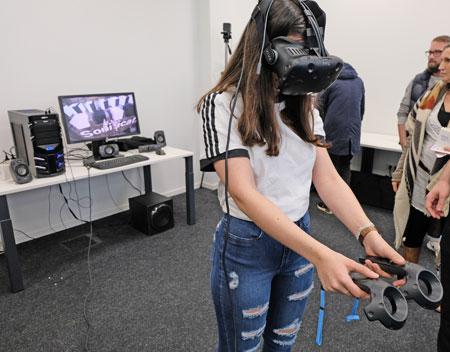 Der Fachbereich Medien & Design der Hochschule Fresenius ist mit modernster Technik ausgestattet, unter anderem mit VR-Brillen ( Oculus Rift mit Touch Bundle). © Foto: Diether v. Goddenthow