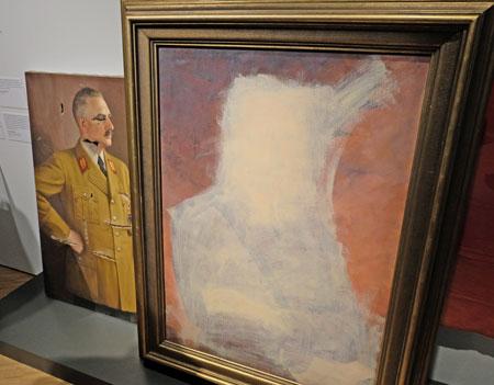 """Dieses Porträt Adolf Hitlers von Johann Vicent Cissarz (1872 - 1942) hing bis 1945 im Frankfurter Römer und wurde nach dem Kriege zur Vertuschung übermalt. Die Ironie: Wie hätte Hitler, der die abstrakte Malerei ja so hasste, wohl reagiert, sich so """"entartet"""" zu sehen? © Foto: Diether v. Goddenthow"""