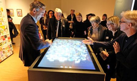 """Erinnern über Generationsgrenzen hinweg - hier am multimedialen Bildschirm in der Themen-Insel 2 """"Unser Vergessen - unsere Identität"""". © Foto: Diether v. Goddenthow"""