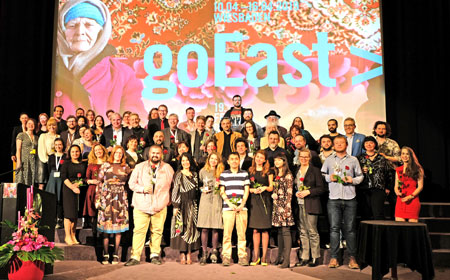 Abschlussfoto mit allen Gewinnern, Juroren, Mitarbeitern und Helfern des Festivals goEast zum Abschluss der Preisverleihung am 16. April 2019. © Foto: Diether v. Goddenthow