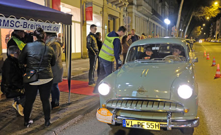 Opel Olympia 1955 nimmt an der Haltestelle Taunusstrasse /Ecke Röderstrasse neue Passagiere auf.© Foto: Diether v. Goddenthow