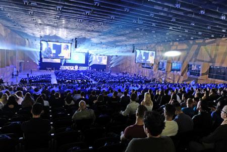 Impression aus der stets brechend vollen Halle Nord des Rhein-Main CongressCenters mit Top-Speakern und Super-Acts auf der Hauptbühne. Foto: Diether v. Goddenthow