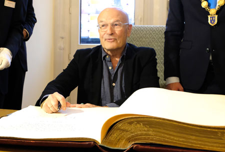 Volker Schlöndorff kurz nach dem Eintrag ins Goldene Buch der Stadt.© Foto: Diether v. Goddenthow