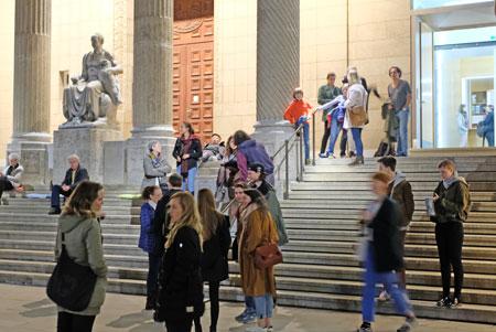 Impression: Nachtschwärmer vor und auf den Museumstreppen. © Foto: Diether v. Goddenthow