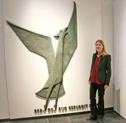 """Die Kuratorin der Ausstellung, Dr. Karoline Feulner, neben dem """"Phönix"""" © Agentur Bonewitz"""