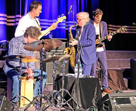 Klaus Doldinger mit Band Passport bietet in seinem typischen Sound Jazz vom Feinsten. © Foto: Diether v. Goddenthow
