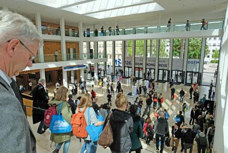 Bereits vom ersten Tag an ist der  125. Internistenkongress, nach seiner Rückkehr ins RheinMain CongressCenter nach Wiesbaden gut besucht. Impression aus dem Foyer des neuen RheinMain CongressCenters. Foto: Diether v. Goddenthow