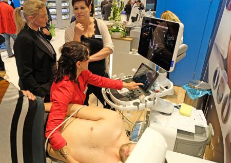 Impression der Industrieausstellung. Schulung am Ultraschallgerät mit studentischen Modells. © Foto: Diether v. Goddenthow