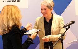"""Dr. Ina Hartwig, Kulturdezernentin der Stadt Frankfurt und Verwaltungsratsvorsitzende des DFF überreicht Ellen Harrington den wiederentdeckten Mitschnitt der Generalprobe von """"Der Müll, die Stadt und der Tod""""- © Foto: Diether v. Goddenthow"""