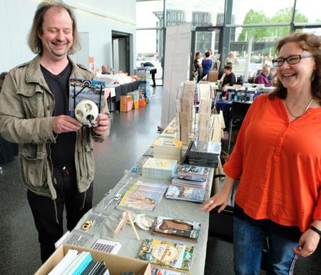 Künstlerpaar Georg und Claudia Raab aus Karlsruhe mit ihren unmöglichen Bücher, in denen Informationen vernichtet oder verschleiert werden. © Foto: Diether v. Goddenthow