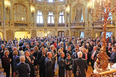 Großer Andrang im neobarocken Foyerbau des Hessischen Staatstheaters bei der Eröffnung der 125. Internationalen Maifestspiele am 30. April 2019.Foto: Diether v. Goddenthow