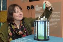 Dieser kleine Reaktor produziert Mikroalgen, die man essen oder in Kosmetikprodukten verwenden kann. Außerdem wird daran geforscht, aus Algen Asphalt und Treibstoff herzustellen.  Foto: Senckenberg, Sven Tränkner