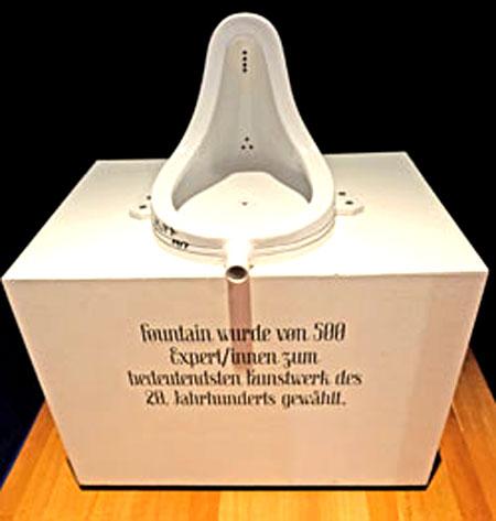 Marcel Duchamp versuchte 1917 vergeblich das Standart-Urinal Fountain als antiästhetisches Statement auszustellen. Er versuchte die Schönheit aus der Kunst zu eliminieren, erläutern Sagmeister und Walsh. Foundain wurde in den 70er Jahren von 500 Experten/innen zum bedeutendsten Kunstwerk des 20. Jahrhunderts gewählt. Und was sagt Ihnen Ihr Bauchgefühl? © Foto: Diether v. Goddenthow