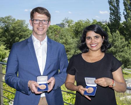 (v.l.) Dr. Timo Uphaus und Dr. Neha Tiwari erhielten für ihre exzellente Forschung zur Schlaganfallprävention und der Entwicklung von Gehirnzellen den Boehringer-Ingelheim-Preis 2019. Foto: Wolfgang Reuter / Boehringer Ingelheim