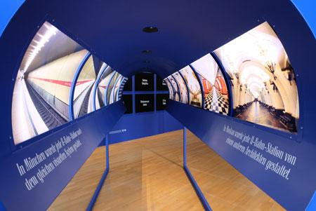 Begehbare Visualisierungs-Röhre: Münchener und Moskauer U-Bahngestaltungen im Vergleich. © Foto: Diether v. Goddenthow