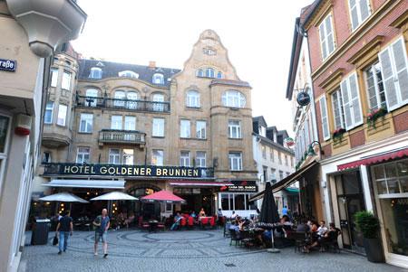 Goldgasse, Altstadt-Zentrum des im Volksmund bezeichneten Wiesbadener Schiffchens sollte ebenfalls Ernst Mays Plänen vom Neuen Wiesbaden zum Opfer fallen. © Foto: Diether v. Goddenthow
