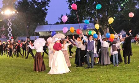 Mary Poppins, eines der 12 wunderbaren Schaubildern mit insgesamt 374 Teilnehmern/innen zum 25. Geburtstag der PferdeNacht. © Foto: Diether v. Goddenthow
