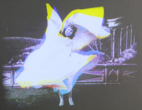 Filmaufnahmen der Tänzerin Loïe Fuller (1862-1928) mit Nutzung von Lichteffekten im Foyer-Bereich. © Foto: Diether v. Goddenthow