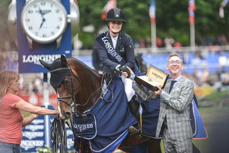 Volker Krieger (Longines) gratuliert der Siegerin Chloe Reid (USA)  Foto: equistock.de