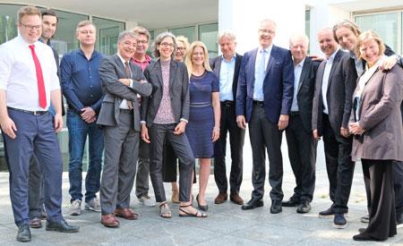 Foto: Die Sprecherinnen und Sprecher der Pressekonferenz des Ehrengasts Norwegen 2019 vor dem Museum Angewandte Kunst Frankfurt., © Foto: Diether v. Goddenthow
