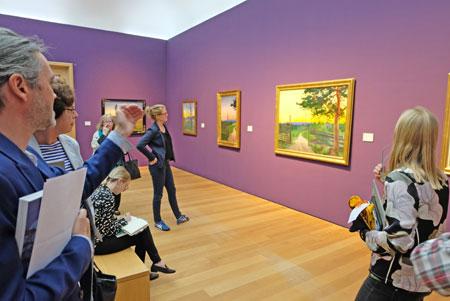 """Ausstellungsimpression - Blick auf Harald Sohlbergs """"Landstrasse II"""", 1916. Öl. aus Privatbesitz. © Foto: Diether v. Goddenthow"""