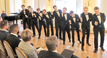 """""""Männer-WG der Diltheyschule"""" unter Leitung von Tilman Jerrentrup sorgten im Comedian Harmonists-Stil für die richtige Stimmung im Festsaal des Wiesbadener Rathauses. ©  Foto: Diether  v Goddenthow"""