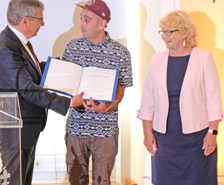 Den mit 2.500 Euro dotierte Preis für Bürgermut 2019 erhielt Schahabedin Azodifar für sein mutiges Einschreiten bei einem Überfall in Wiesbaden. Hier mit Oberbürgermeister Gert-Uwe Mende und Stadtverordnetenvorsteherin Christa Gabriel. ©  Foto: Diether  v Goddenthow