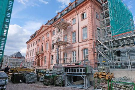 Das Deutschhaus, seit 1951 Sitz des rheinland-pfälzischen Landtags wird seit 2016 generalsaniert. Noch zieren Gerüste den barockem Profanbau. ©  Foto: Diether  v Goddenthow