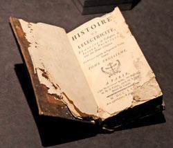 """Die Geschichte der Elektrizität """"Histoire d' Électricité"""", Paris 1771, von Joseph Priestley (1755 – 1804), ein wenig von Mäusen angeknabbert, zeigt, dass Elektrizität keinesfalls nur ein modernes Thema ist. ©  Foto: Diether v Goddenthow"""