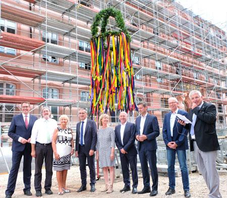 Gruppenfoto: die  Vorsitzenden das Landtagsfraktionen mit  Landtagspräsident und Architekten beim Richtfest. ©  Foto: Diether  v Goddenthow