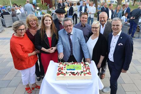 203 Jahre Rheinhessen: Kein Geburtstag ohne Torte – Peter E. Eckes (Mitte) beim offiziellen Anschnitt. Foto: Rheinhessen Marketing e.V./A. Sell