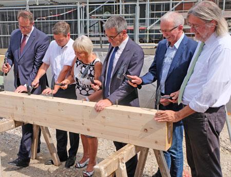 Die  Vorsitzenden der Landtagsfraktionen und der Landtagspräsident schlagen symbolisch die letzten Nägel ein.  ©  Foto: Diether  v Goddenthow