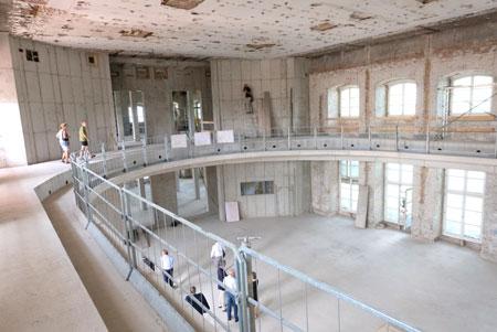 Beim Rundgang durch   das Deutschhaus lässt  sich schon erkennen, wie es einmal werden wird: Hier einen Blick in den neuen Plenarsaal.©  Foto: Diether  v Goddenthow
