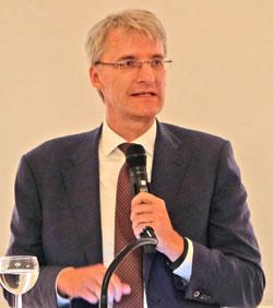 Laudator Elmar Theveßen, Leiter des ZDF-Studios in Washington. ©  Foto: Diether  v Goddenthow