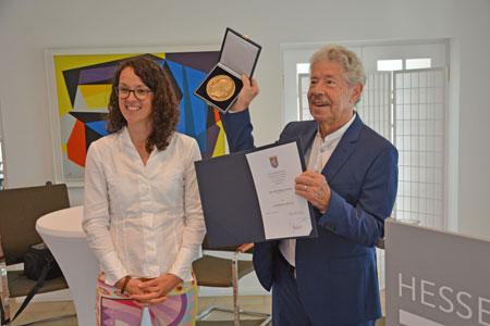 Kunst- und Kulturministerin Angela Dorn mit Reimer von Essen, dem Träger der Goethe-Plakette. Bild: kunst.hessen.de