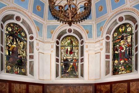 Den ersten Preis für Institutionen gewann die Kirchengemeinde Sickendorf (Vogelsbergkreis) Hier: Chorfenster in der Heidbergkapelle .