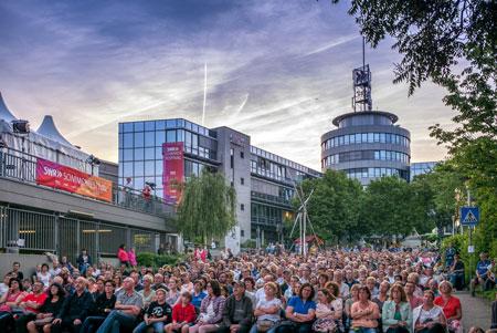 """Bildunterschrift: """"Tatort""""-Premiere open air vor dem Mainzer Funkhaus Copyright: SWR/Tobias Mühlenbeck"""