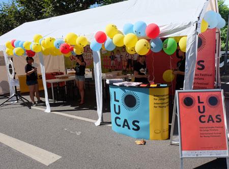 """Bereits auf dem Museumsunterfest (24. Und 25. August 2019) warfen LUCAS-Mitmach-Aktionen im Kreativzelt gegenüber dem Haupteingang des DFF ihre """"Festival-Schatten"""" voraus. ©  Foto: Diether  v Goddenthow"""