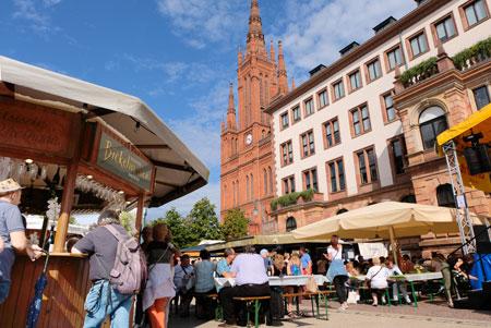 44. Rheingauer Weinwoche hat begonnen. Schlossplatz-Impression.©  Foto: Diether v Goddenthow