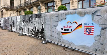 Wir leben Freiheit - Fotowand. Foto: Diether v Goddenthow