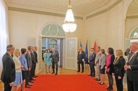 In Beisein von Volker Bouffier begrüßt die  schwedische Königin in der Staatskanzlei die Mitglieder der Landesregierung und die Verfassungsorgane. ©  Foto: Diether  v Goddenthow
