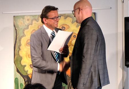 Frank Nikutta vom Landeswohlfahrtsverband überreicht die Förderurkunde an Michael Wesp, Geschäftsführer des Struwwelpeter Museum gGmbH ©  Foto: Diether  v Goddenthow