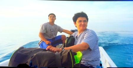 Filmausschnitt zeigt die Preisträgerin, die philippinische Naturschützerin Angelique Songco, bei einem ihrer Meeresinspektionen. ©  Foto: Diether  v Goddenthow