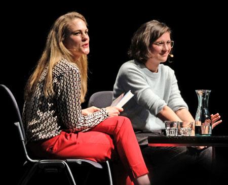 Anna Engel, Redakteurin von hr2-kultur  mit Miku Sophie Kühmel über ihr Romandebüt Kintsugi. ©  Foto: Diether  v Goddenthow