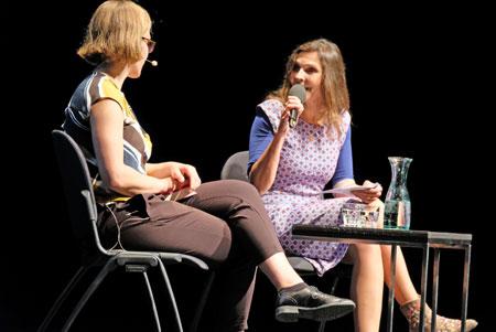 Maike Albath, freie Kritikerin (rechts) im Interview mit Raphaela Edelbauer über ihren Debütroman Das flüssige Land.©  Foto: Diether  v Goddenthow
