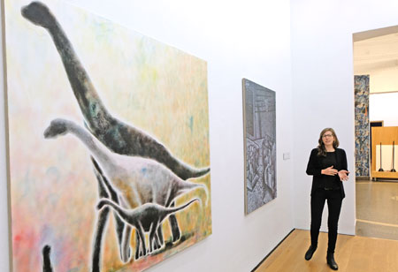 Lea Schäfer, Kuratorin erläutert Maximilians Kirmses Werk, unter anderem hier: Dinos, Öl auf Leinwand. ©  Foto: Diether  v Goddenthow
