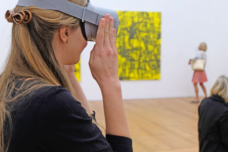 """Mit der Magenta VR -Brille kann man zugleich auch virtuell  durch einige  Ausstellungsräume  in Bonn und Chemnitz  """"schreiten"""". ©  Foto: Diether  v Goddenthow"""