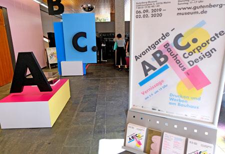 """Orientierungshilfen im Foyer helfen, die richtigen Wege zu den Ausstellungsbereichen """"Musealer Teil"""" und """"Werkstatt"""" zu finden. ©  Foto: Diether  v Goddenthow"""